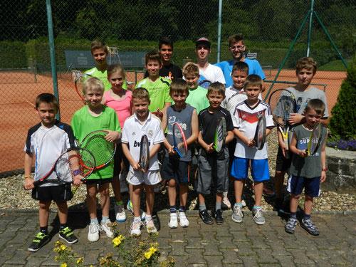 Unsere diesjährigen Tennis-Camp-Kinder mit ihren Trainern