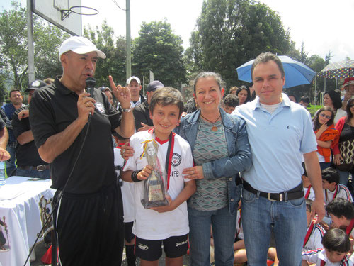 Clausura del 2012, Mejor Jugador del año, premio recibido por Daniel González en compañía de sus padres.