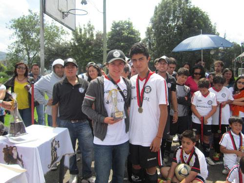 Sebastián Hernández, jugador destacado año 2012 en Categoría Sub-15, recibe trofeo en compañia de Juan Pablo Zuluaga, jefe de logística de San Pablo