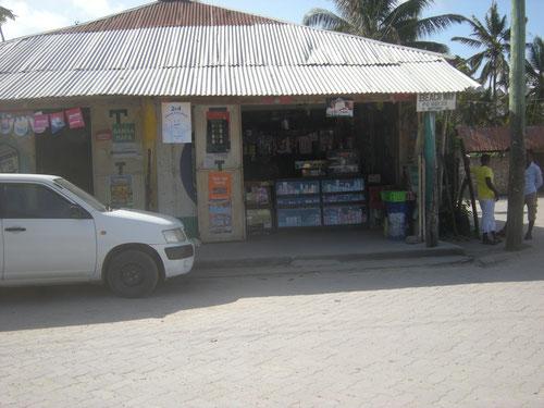 """Francis Corner Shop, danach halb links halten und dann immer geradeaus, Richtung Strand """"Watamu Beach"""""""