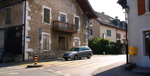 La rue de Bernex – en direction de l'ouest du village – est limitée à.... 80 km/h, le panneau 40 km/h n'étant pas répété. Cliquez pour agrandir l'image