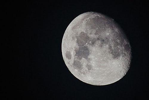 Mondaufnahme mit 300 mm (Zuschnitt)