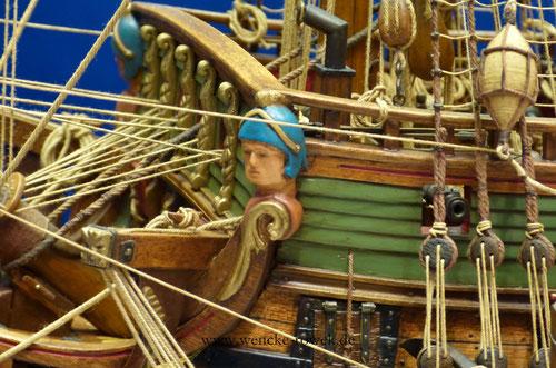 Geschnitzte Figur an einem Schiffsmodell
