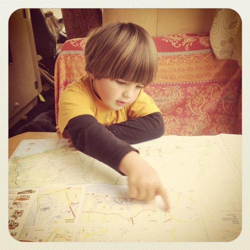 Kind vor Landkarte