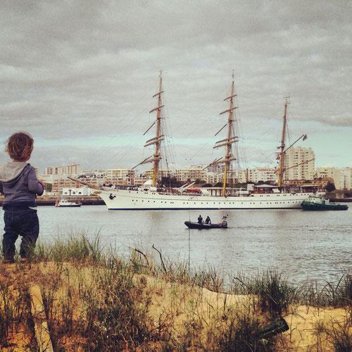 Gorch Fock läuft ein im Hafen von Portimao