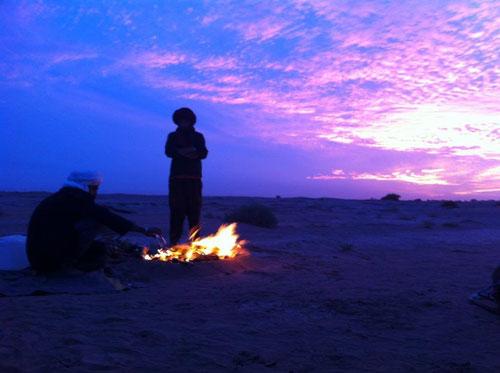 Nach einem langen Wüstentrekking sitzen wir am Lagerfeuer und erzählen uns Nomadengeschichten