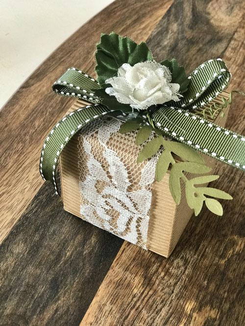 Geschenkbox Natur Würfel mit grün dekoriert