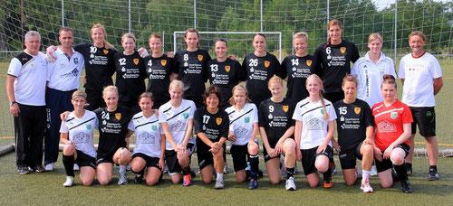 Gemeinsames Gruppenbild der Frauen des FHC, der SG Wiesenau 03 und des Teams aus Golzow