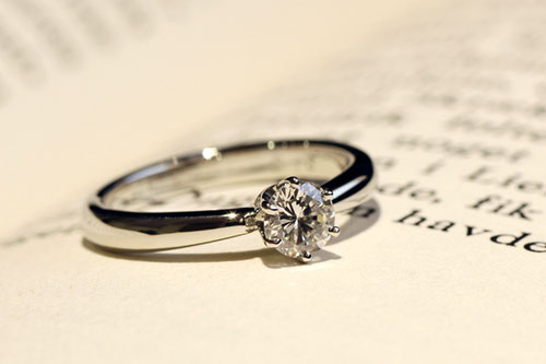 リフォーム後のリング完成写真、プラチナ900・ダイヤモンド・6本爪枠・光沢仕上げ