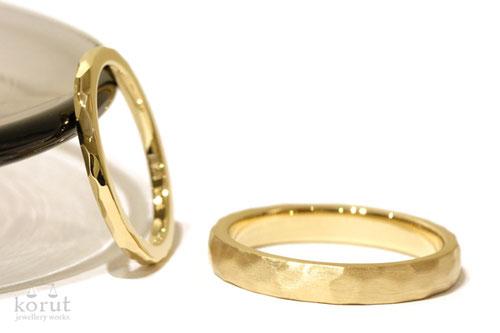 18金イエローゴールドのマリッジリング(結婚指輪)、女性用・槌目・光沢仕上、男性用・槌目・つや消し仕上