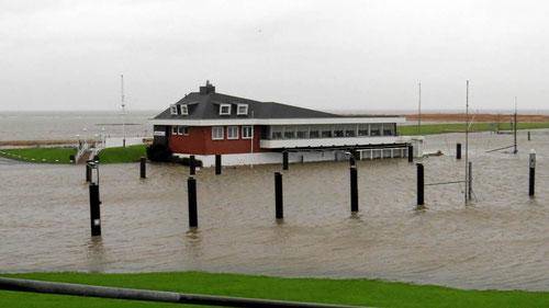 Die 'Elbterrassen' trotzt der Sturmflut.      Foto: E.Drath
