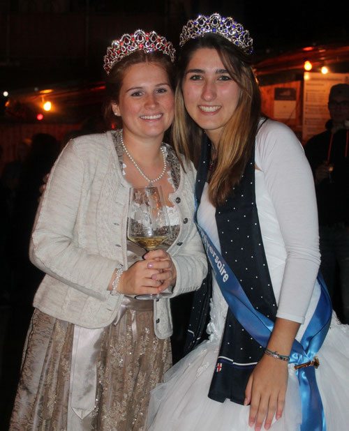 Weinkönigin Eva mit Miss Bourcefranc Lauralee, die eine französische Krone überreichte