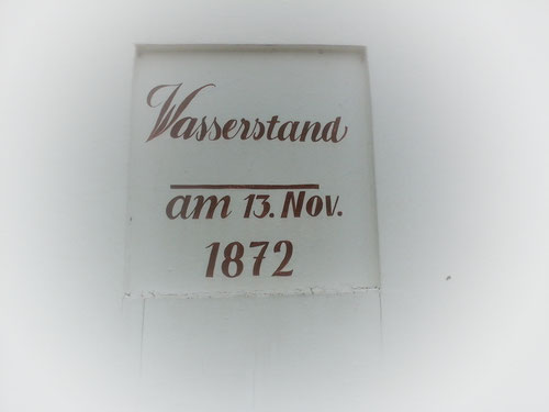 Wasserstandsanzeige am Plön'schen Haus am Denkmalsplatz
