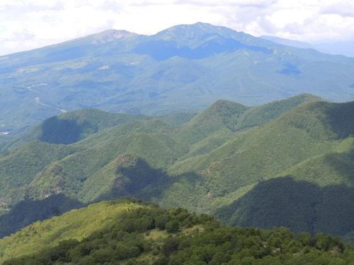 烏帽子岳から望む根子岳と四阿山(あずまやま)
