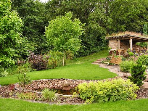 großer Garten direkt am Waldrand mit gemütlichem Grillplatz
