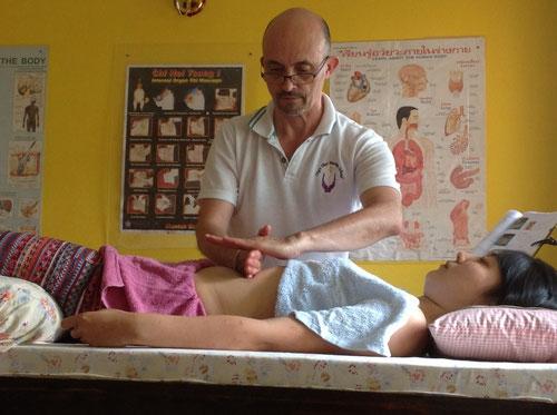 Philippe Aspe pratiquant le massage abdominal Qi Nei Zang en Thaïlande.
