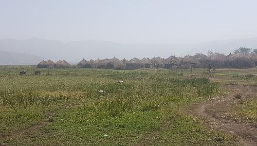 Vue partielle du village de huttes avant d'entrer