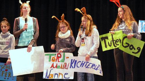 Verdrehte Worte gab es bei der Aufführung der Schüler der Theater-AG zu hören und zu sehen.