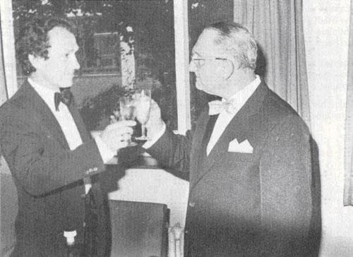 Rektor Kerschke ( ab1.6.1975 ) verabschiedet den Realschulkonrektor Koch zum Schuljahresende 1980, der von 1953 - 1980 an der Schule unterrichtete und diese zeitweise kommissarisch leitete.