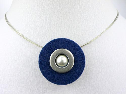 Halskette mit Filzanhänger dunkelblau