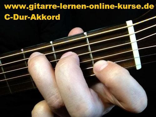 C-Dur Gitarrengriff (Töne: e, c, e, g, c, e - von der tiefen zur hohen E-Saite !)