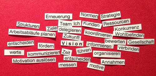 Visionen mit cbtc entwickeln. Auf dem Bild sind kleine Zettel mit Wörtern wie: Werte, Zeit, Ziele, Ich, Kunden, Entscheiden und in der Mitte das Wort Vision