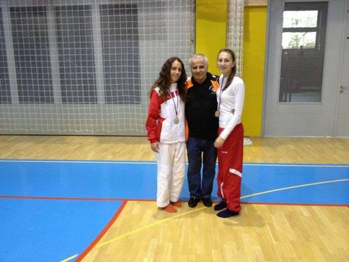 Trainer Wolfgang Fuchs mit seinen Sportlerinnen