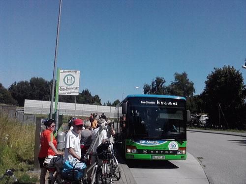 Km 9: kurze Pause mit vielen Radfahrern. Mit dem Bus-Shuttle geht's durch den Herrentunnel. Ich vermisse die Herrenbrücke, da hätte ich weiterlaufen können.