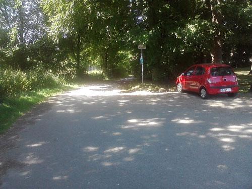 """...immer noch Flachpassage. Mein """"Verpflegungsauto"""" steht schön im Schatten. Ich laufe links weiter..."""