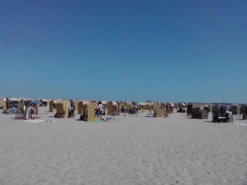 ...sowie der volle Strand.