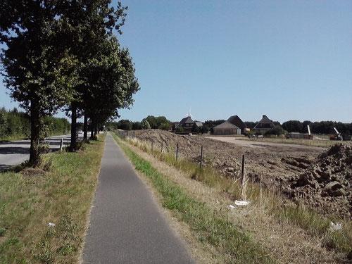 Km 13,5: Kein Schatten mehr, aber immer noch geradeaus. Immerhin mal wieder ein paar Häuser.