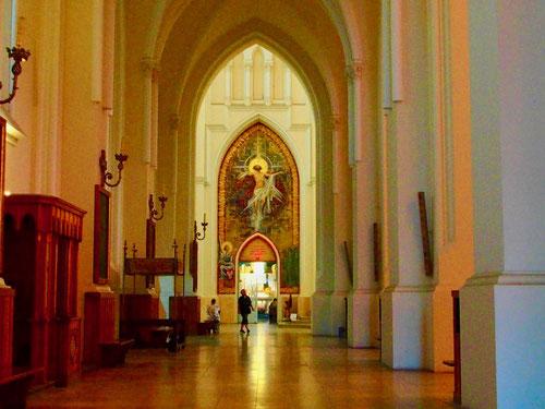 wunderschön das Seitenschiff mit der Andachts-Kapelle am Ende