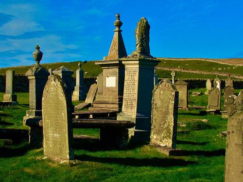 auf dem Friedhof mischten sich die Grabmäler aus vielen Jahrhunderten