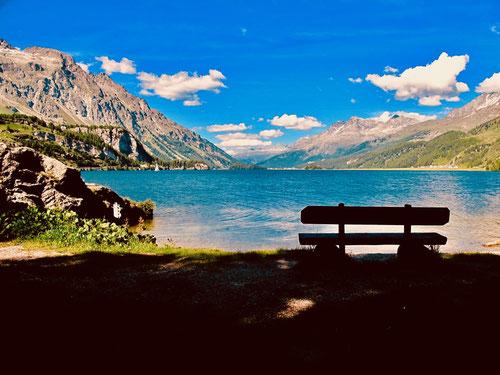 am südlichen Ufer des Silsersees hat man einen atemberaubenden Panorama-Blick