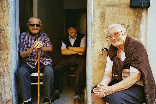 ehemalige Priester samt Köchinnen sind in den Wohnungen entlang der Festung untergebracht