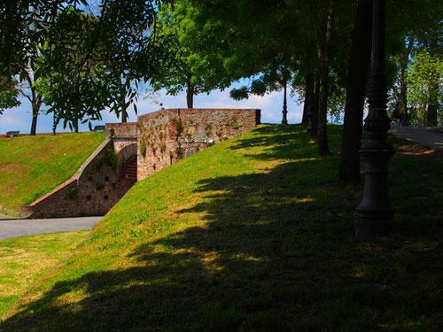 gut erhalten ist der Befestigungswall rund um die  Stadt - erbaut von 1504 bis 1645