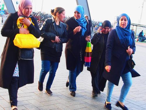 diese Muslimas kamen mit dem Fahrrad in die Innenstadt