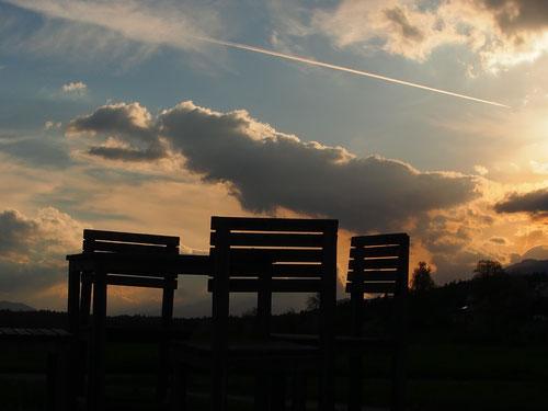 übergrosse Sitzgarnitur in der Abendstimmung - ein toller Platz unter dem Himmel der Natur