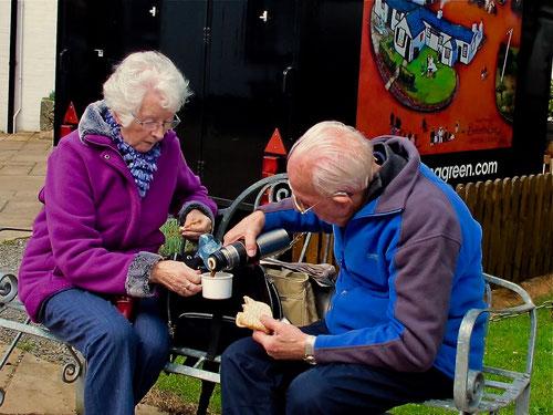 ein freundliches  Pensionisten-Paar - unterwegs in der Vergangenheit
