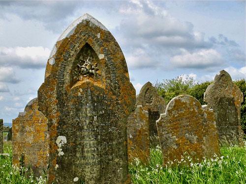 viele Jahrhunderte bewahrten dieses Grabmäler das Andenken einfacher Menschen