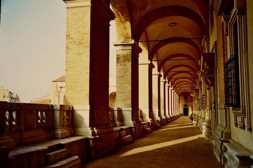 ein prachtvoller Säulengang führt zu den Bibliotheken und Gallerien