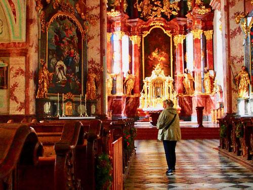 der Kirchenraum zu einem Festsaal des Glaubens ausgestasttet