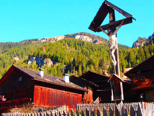 historische Berg-Häuser in Canazei