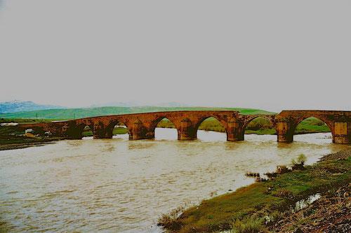 die beschädigte Brücke bei Taliscay, längst zum Wahrzeichen geworden