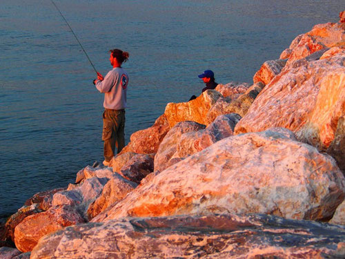 bis in die Dämmerung hinein, hofften die jungen Fischer auf den glücklichen Fang