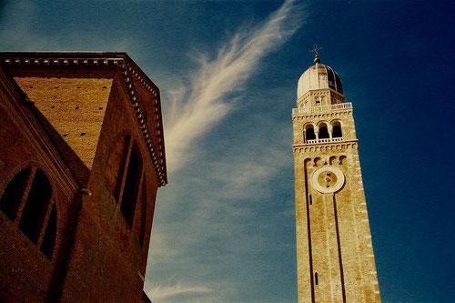 der mächtige Glockenturm in Chiogia