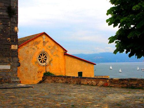 die Aussichtsterrasse von San Lorenzo, über der Hafeneinfahrt von Portovenere