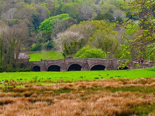die alte Steinbrücke über den Mersey River - ein Teil der Landschaft