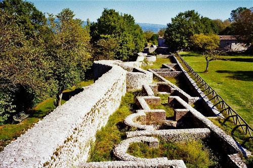 Stadtmauer,  dazu die erhaltenen Grundfesten von Wohnhäusern