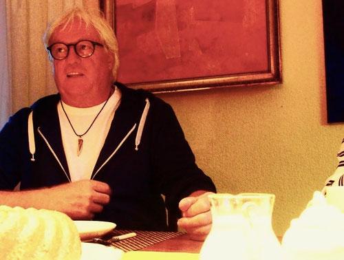 Egon erklärt seine neuesten Werke und Pläne